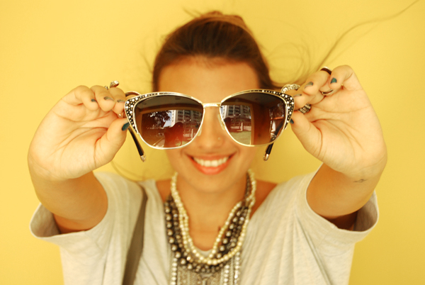 98abd6cbe2aa2 meu óculos de R  15 comprado no centro da cidade.  )