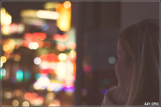 ảnh cô gái buồn 1 mình nhìn ra ngoài đường phố