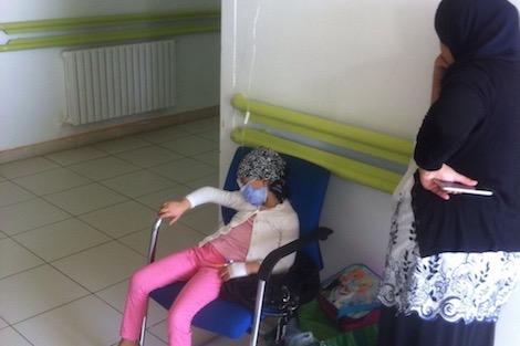 السرطان يصيب طفلة مغربية بالعمى .. وطبيب فرنسي يتكفل بالعلاج