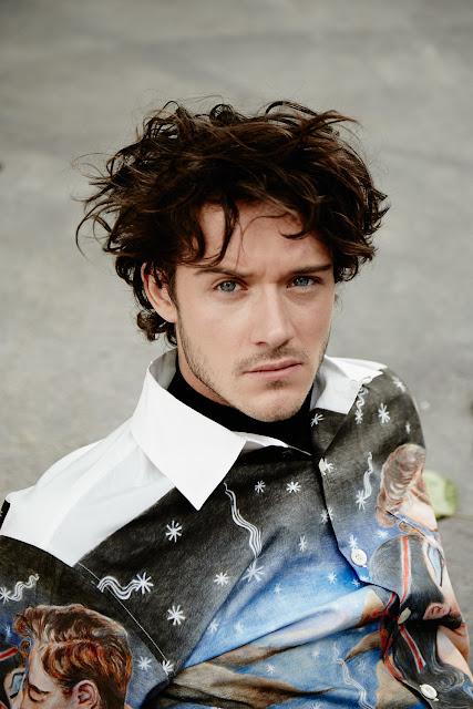 César Domboy es Fergus en Outlander, pero también ha hecho sus pinitos como modelo.