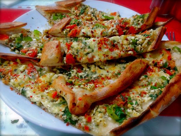 manger turc la cuisine turque pide viande et fromage pizza turque. Black Bedroom Furniture Sets. Home Design Ideas
