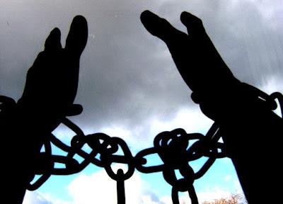 https://4.bp.blogspot.com/-obx9xbdTxEs/VxzomVWjfOI/AAAAAAABrBA/lRStjRkGsdw9osjTsaeO5QyjnPUek1lOQCLcB/s1600/Chained_hands_by_ArrowTurtle.jpg