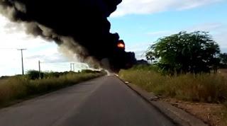 Carreta tomba, explode e motorista morre queimado em rodovia do RN