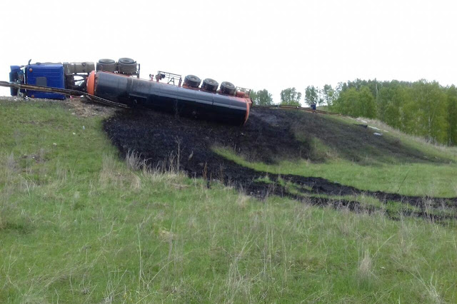 В Башкирии грузовик перевозивший нефтепродукт перевернулся