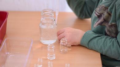 [800. objava] Prenašanje vode s kapalko v majhne stekleničke