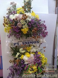 karangan bunga standing flower susun sederhana