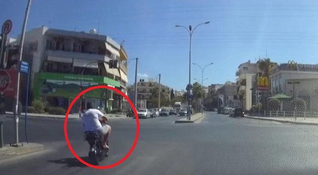 Οδηγός περνάει με κόκκινο και απειλεί με σφαλιάρες (βίντεο)