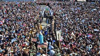 Desde 1983 una mujer decía recibir palabras de la figura que atraía a miles de peregrinos a esa catedral. Fue con autorización del Vaticano