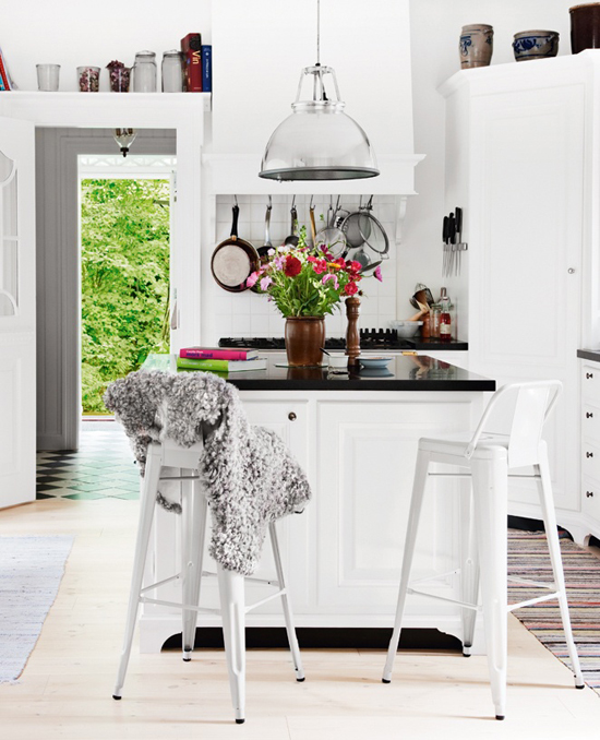 Bright kitchen spot via Sköna Hem