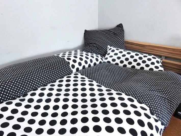 Schwarz-weiße-Bettwaesche-mit-Tupfen