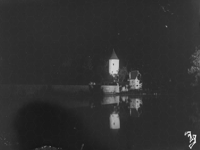 Nachtaufnahme vom Dinkelsbühler Faulturm mit dem Parkwächterhäuschen - um 1930