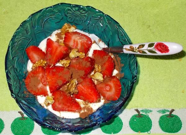 Ideia de lanche rápido e saudável com iogurte e morango