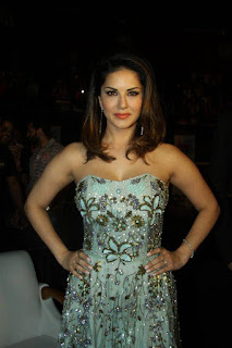Sunny Leone Spotted in Dazzling Shoulder less gown with a plunging Neckline at LoveLand 2016 Concert