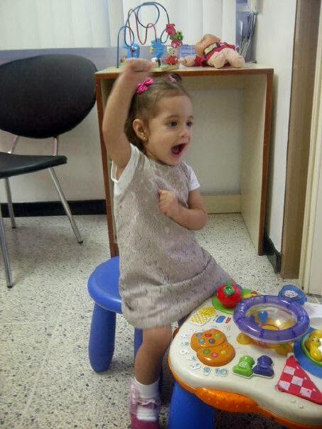 Hija Sophia cantando en el pediatra