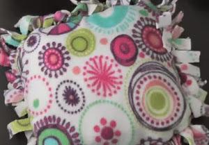 http://vctryblogger.blogspot.com.es/2012/06/almohadon-sin-coser-en-polar-video.html#more