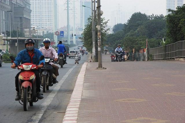 Lạ lùng cảnh hàng trăm người dắt xe máy ngược chiều đối phó CSGT ở Hà Nội 14