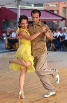 Österreicher gibt seine Heimlichtuerei auf und tanzt öffentlich den Tango