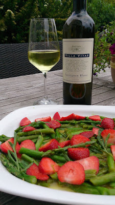 An Italian Sauvignon Blanc paired with a salad of asparagus and strawberries