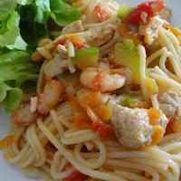 Espaguete com frango e camarão, com curgete, tomate e cenoura