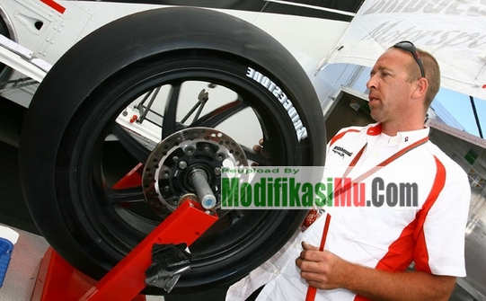 MotoGP Bridgestone Dry Tire Silverstone Trek Kering - Mengapa Ban MotoGP Halus Gundul atau Botak Apa Tidak Berbahaya Dan Tergelincir