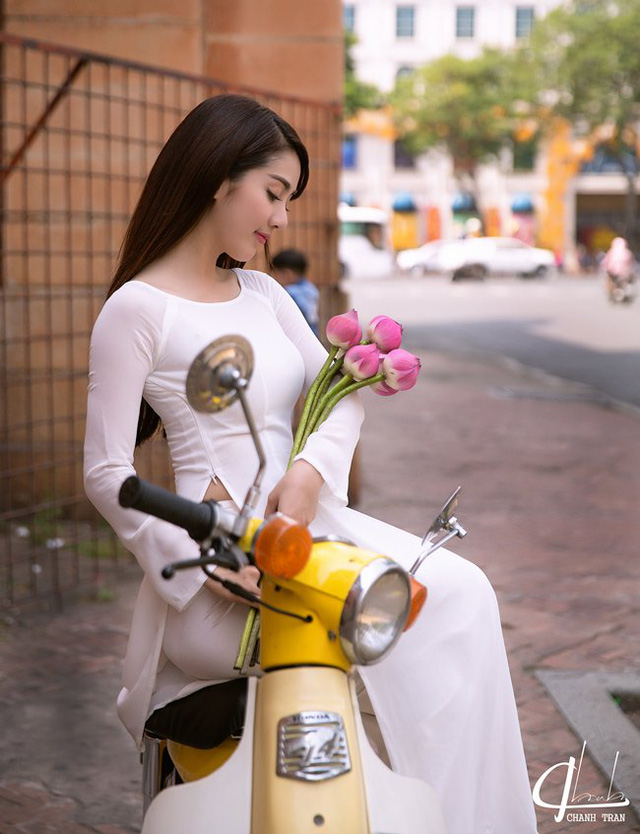 Hot girl Linh Napie charming with lotus flowers