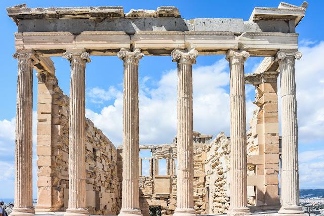 Partenon w Atenach zbudowany z białego marmuru pentelickiego, poswięcony Atenie Partenos (dziewicy