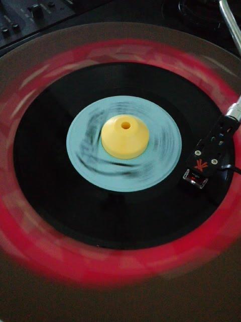 7インチ盤のアナログレコードをかけている所を撮った写真です。
