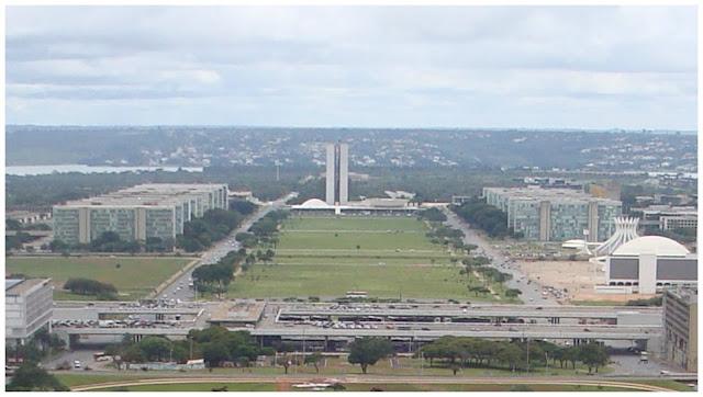 Esplanada dos Ministérios com Catedral e Praça dos Três Poderes do alto da Torre de TV, Brasília