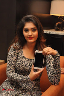 Actress Surabhi & Pooja Sree Launches Vivo Global's V5 Smartphone  0002