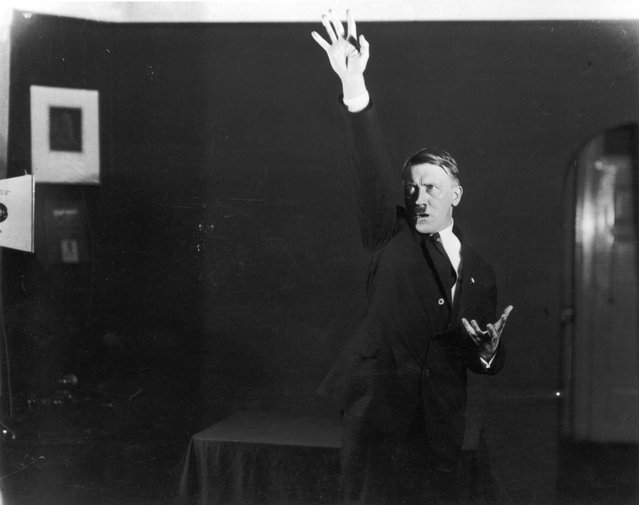 http://4.bp.blogspot.com/-oeGjuLukGqY/UYyw-LqvIJI/AAAAAAAABak/1nt13vahlw8/s1600/Adolf+Hitler+Posing+to+a+Recording+of+His+Own+Speeches,+1925+(11).jpeg
