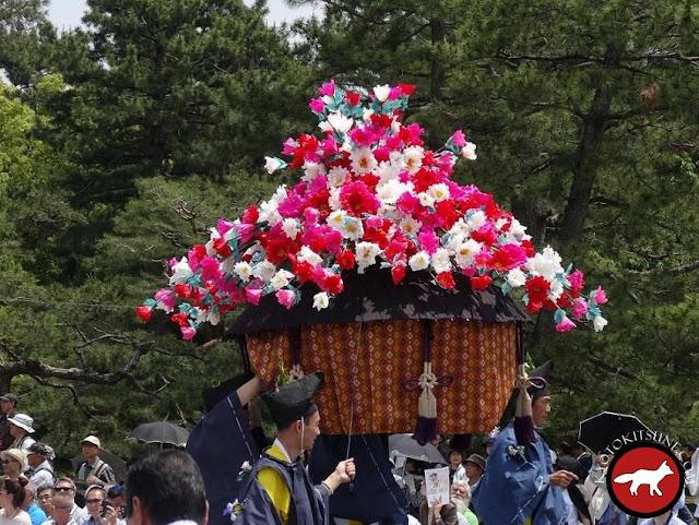 Décoration de roses trémières pour aoi matsuri à Kyoto