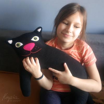 Krysia to uszyła - czarny kot poducha do karmienia zielonooki