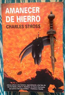 Portada del libro Amanecer de hierro, de Charles Stross