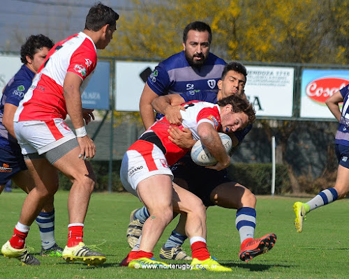 Eduardo Gómez Naar choca con la marca de Santiago Resino, Jockey cayó ante Uni de Tucumán. Foto de Jorge Skaf para Norte Rugby #RegionalDelNOA