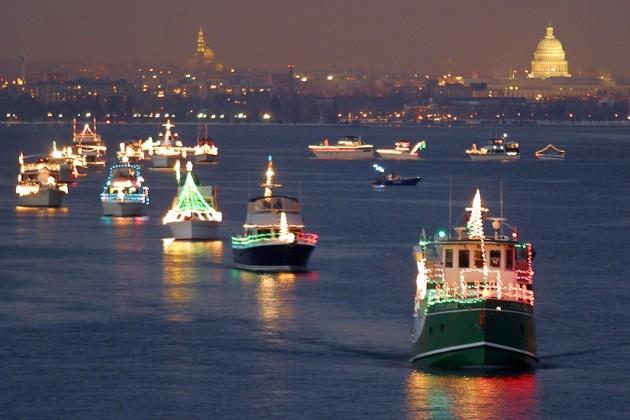 Ver o desfile de barcos no Rio Potomac no natal em Washington