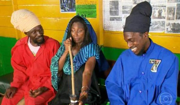 Glória Maria utilizando maconha na Jamaica