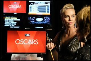 Charlize Theron y Shirley MacLaine en los Oscars 2017