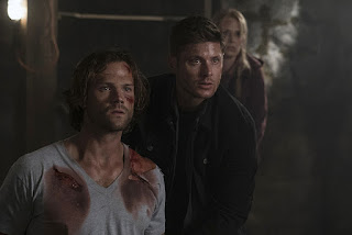 "Jared Padalecki as Sam Winchester, Jensen Ackles as Dean Winchester, and Samantha Smith as Mary Winchester in Supernatural 12x02 ""Mamma Mia"""