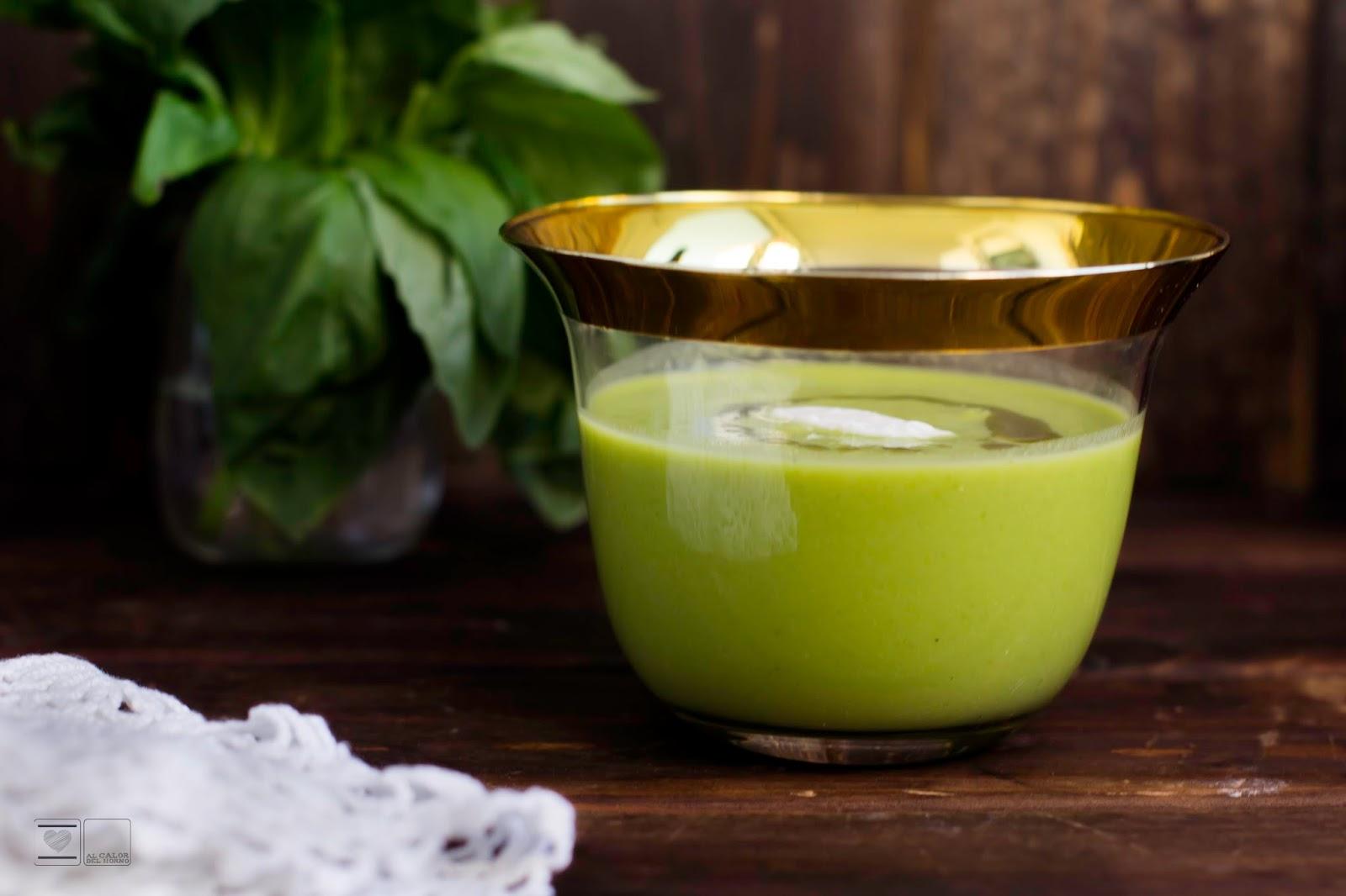 Crema de guisantes con aceite de albahaca y yogur