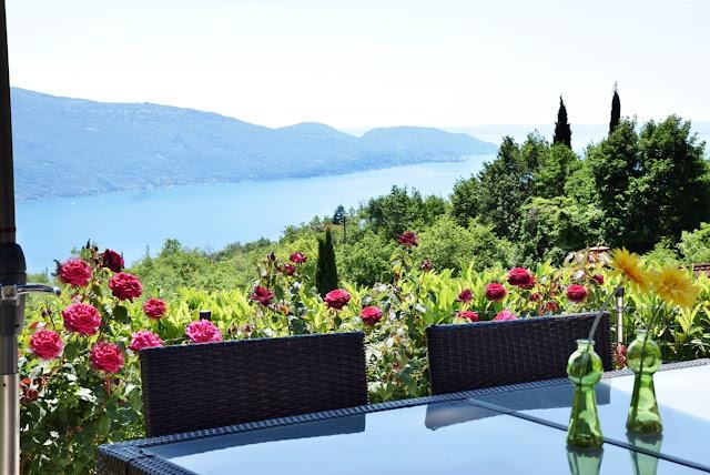 Ferienhaus mit Terrasse und Seeblick am Gardasee