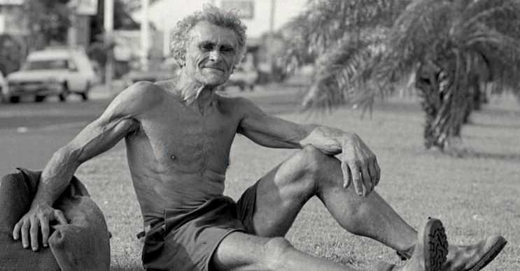 Artık evsiz bir adam sayılırdı, üstelik harcayacak beş kuruş parası da yoktu.
