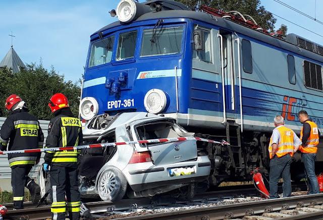 82-latka ominęła opuszczone rogatki i wjechała pod pociąg