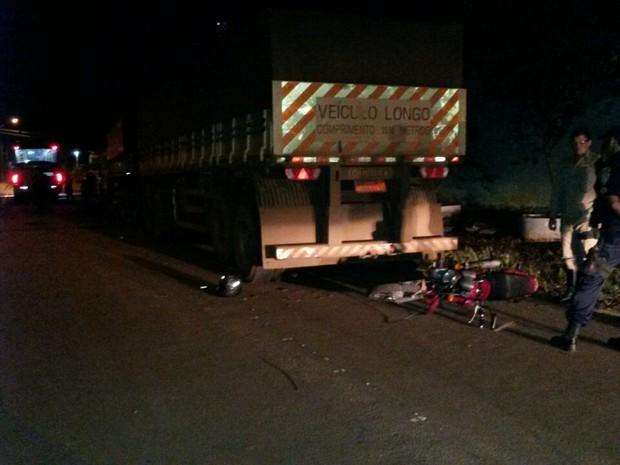 Motociclista fica ferido ao colidir na traseira de carreta estacionada