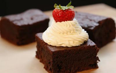 براونيز الشوكولاتة الداكنة مع الكريمة