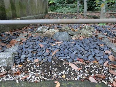 希義の石と土