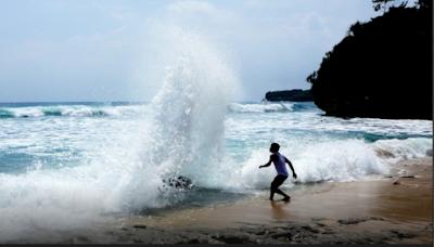 Pesona pantai Gondo Mayit
