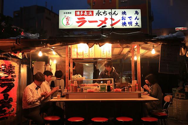 Fukuoka hâm mộ ramen đến cuồng nhiệt, cả thành phố thăng hoa vị giác bởi vô vàn những quán mì ramen ngon, trải đều từ các con phố chính cho đến những con ngõ nhỏ. Các tòa nhà mua sắm ở Fukuoka vẫn thường có riêng một tầng rộng lớn dành cho món mì trứ danh này. Người ta gọi tầng Ramen là Ramen Battle.