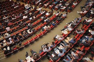 Foto de asistentes a un congreso - Fuente: Pixabay con licencia cc