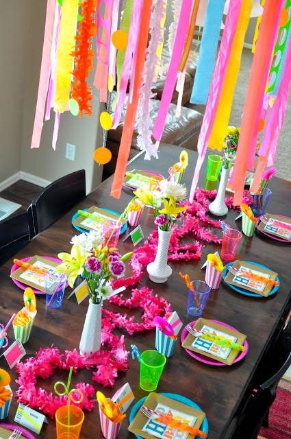 Tables en fte Une dcoration danniversaire fluorescente