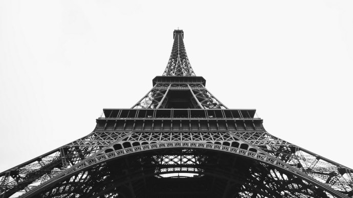 Wallpaper: Eiffel Tower in Black and White